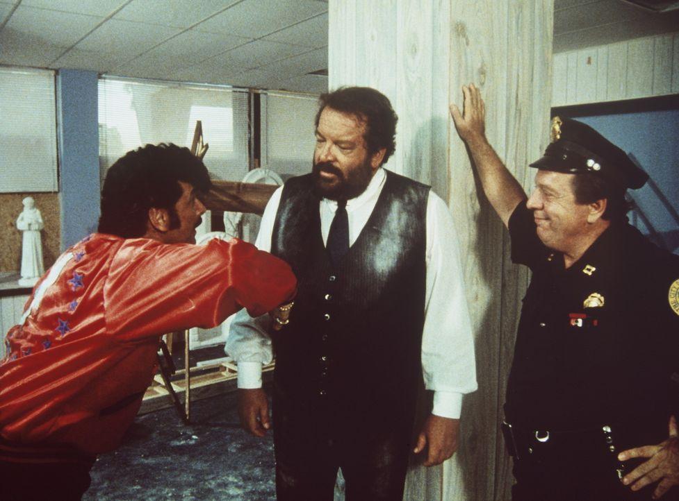 Der Ganove Tony Roma (Tomas Milian, l.) wird unfreiwillig Zeuge eines Mordes und wendet sich an den Polizisten Alan Parker (Bud Specer, M.) ...