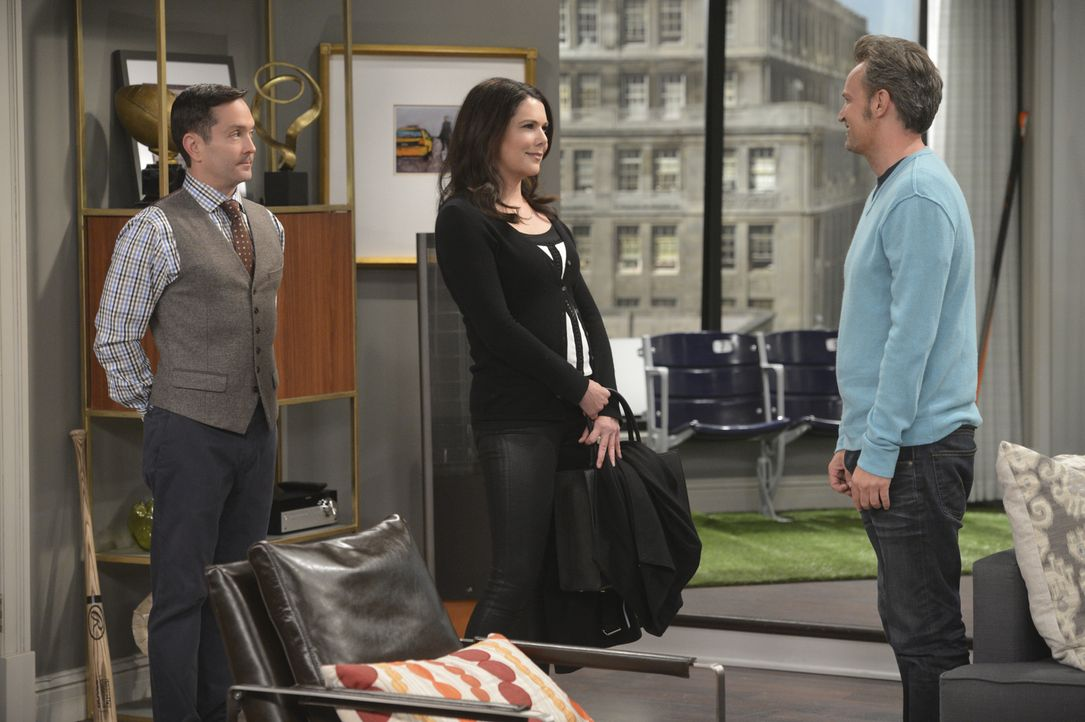 Weil Felix (Thomas Lennon, l.) die Steuerbehörde auf Gabby (Lauren Graham, M.) und Oscar (Matthew Perry, r.) aufmerksam gemacht hat, muss das Ex-Ehe... - Bildquelle: Darren Michaels 2014 CBS Broadcasting, Inc. All Rights Reserved
