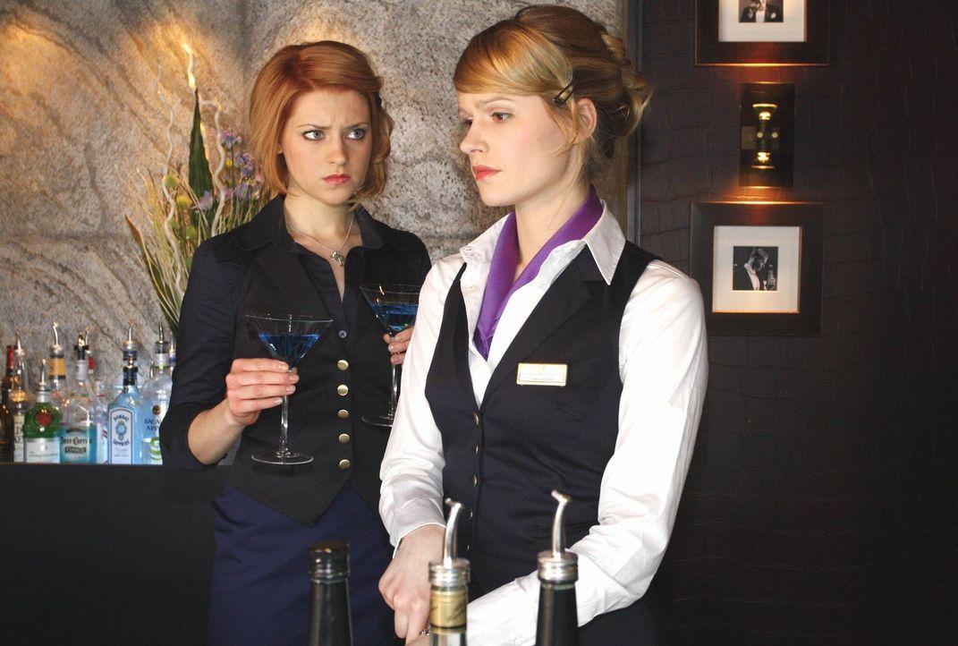 Während Jana (Ronja Peters, l.) es genießt, ohne Tonis Kontrolle in der Bar zu arbeiten, kann Jessica (Isabell Ege, r.) an nichts anderes denken,... - Bildquelle: SAT.1