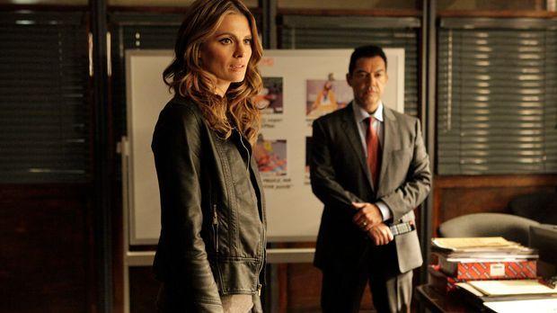 Beckett (Stana Katic, l.) wird von Captain Fowler (Carlos Gomez, r.) in eine...