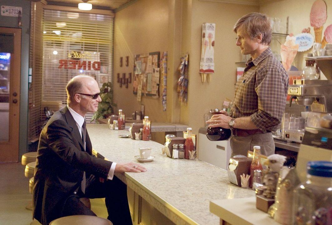 Als Carl Fogarty (Ed Harris, l.) in Toms (Viggo Mortensen, r.) Coffeeshop auftaucht, ahnt der junge Familienvater noch nicht, dass er schon bald lau... - Bildquelle: 2005 Warner Bros.