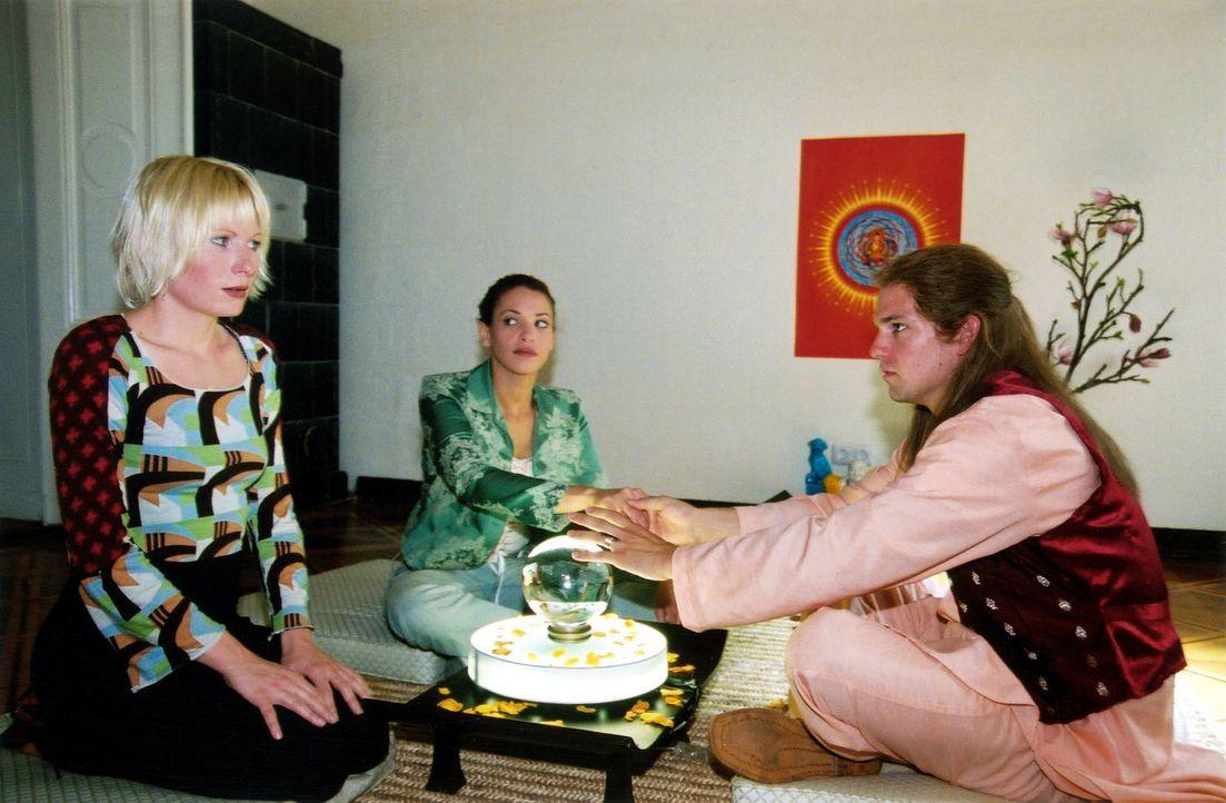 Verena (Nadine Seiffert, l.) lässt sich von Helge (Daniel Lommatzsch, r.) und Jutta (Nadine Brandt, M.) wahrsagen. - Bildquelle: Claudius Pflug Sat.1
