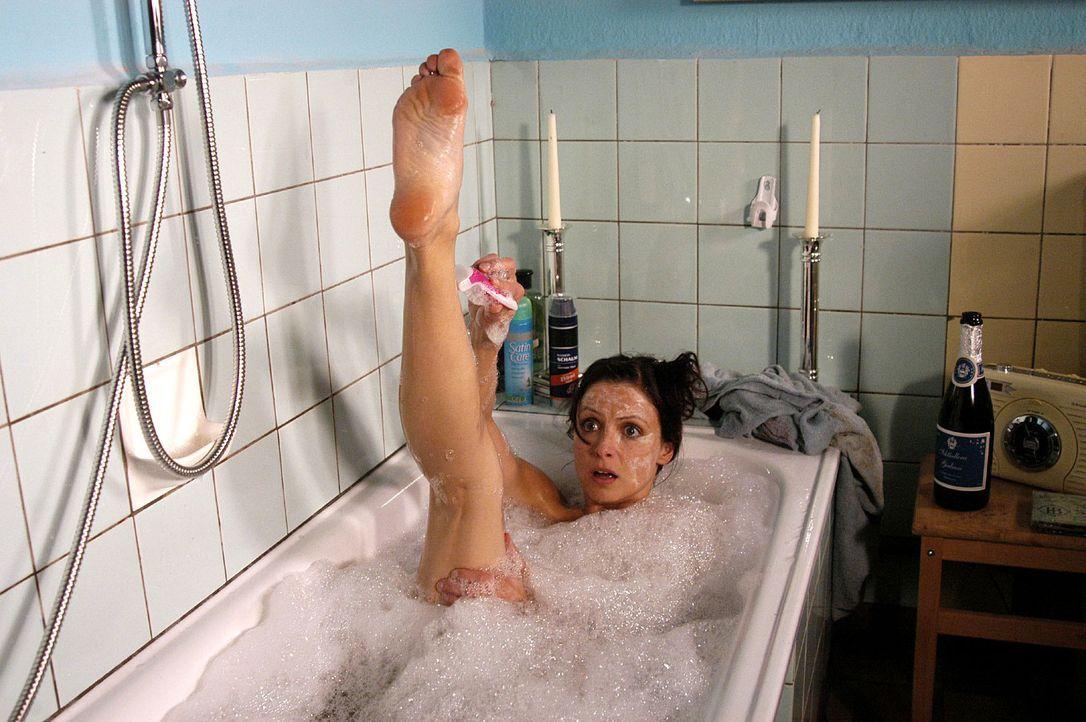 Esther (Julia Brendler) wird von Leon beim Baden überrascht ... - Bildquelle: Oliver Feist Sat.1