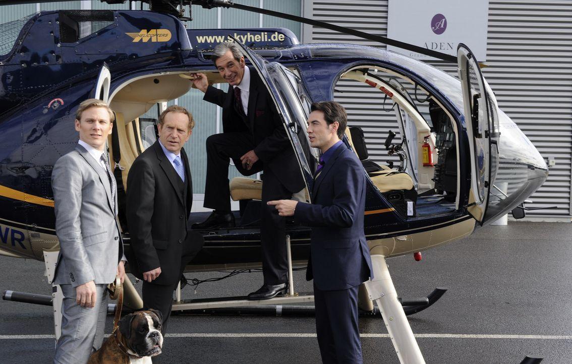 Ahnen nicht, dass sie einen blinden Passagier an Bord haben: Philip Sachs (Philip Romann, l.), Julius Aden (Günter Barton, 2.v.l.), Adrian Sachs (J... - Bildquelle: SAT.1