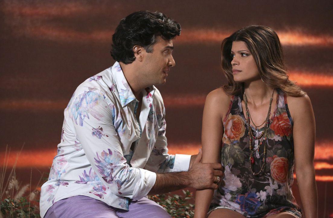 Xiomara (Andrea Navedo, r.) verspricht Rogelio (Jaime Camil, l.), dass er seine Tochter Jane bald kennenlernen wird. Doch wird sie ihr Verprechen ha... - Bildquelle: 2014 The CW Network, LLC. All rights reserved.