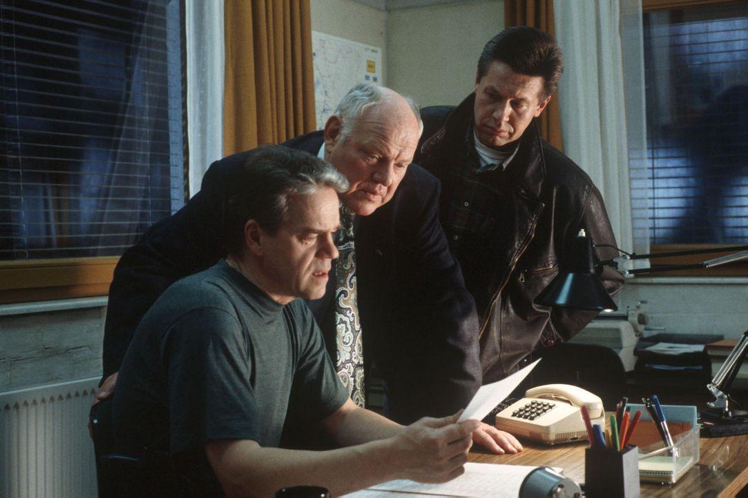 Kommissar Wolff (Jürgen Heinrich, l.), Sawatzki (Klaus Pönitz, M.) und Buchwald (Eckhard Heise, r.) suchen nach Informationen über die dubiose Fi... - Bildquelle: Alfred Raschke Sat.1