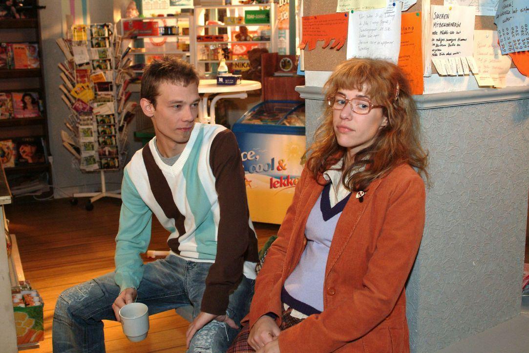 Lisa (Alexandra Neldel, r.) fragt Jürgen (Oliver Bokern, l.) neugierig über seine Meinung zu Rokko aus ... (Dieses Foto von Alexandra Neldel darf... - Bildquelle: Noreen Flynn Sat.1