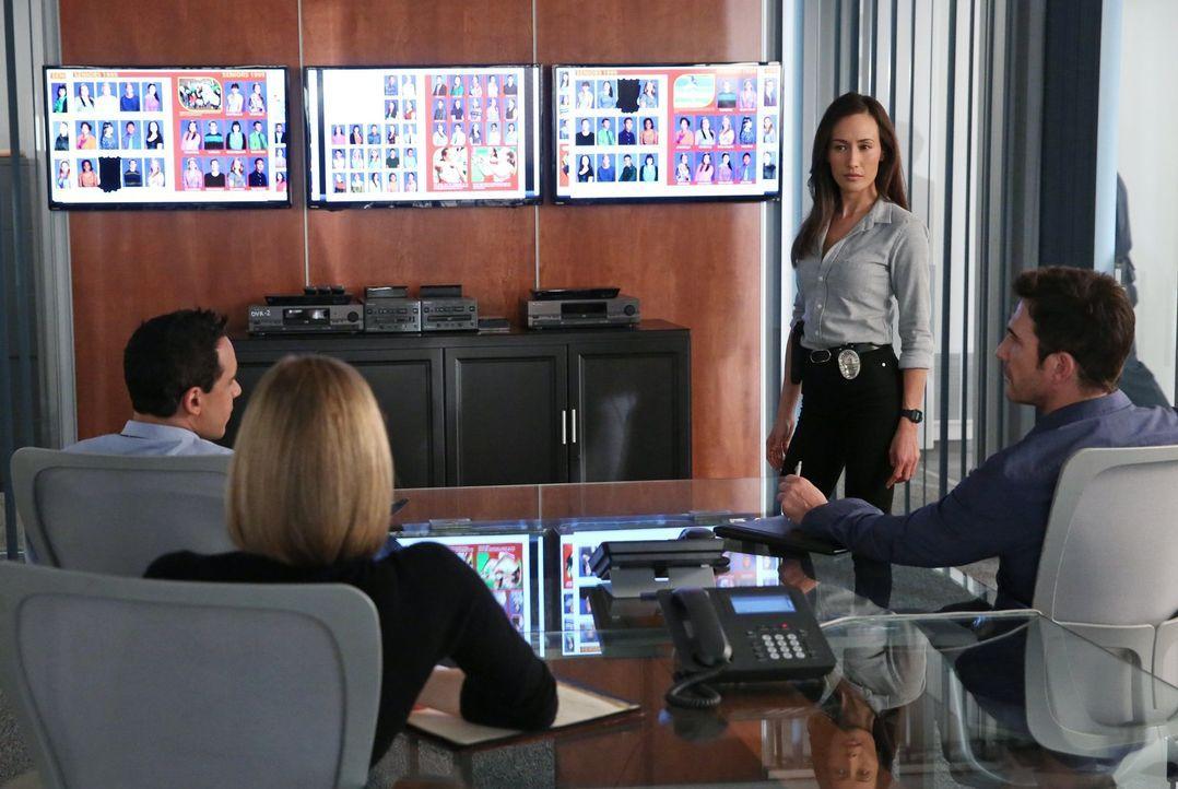 Ein neuer Fall wartet auf das Team: Jack (Dylan McDermott, r.), Beth (Maggie Q, 2.v.r.), Ben (Victor Rasuk, l.) und Janice (Mariana Klaveno, 2.v.l.)... - Bildquelle: Warner Bros. Entertainment, Inc.