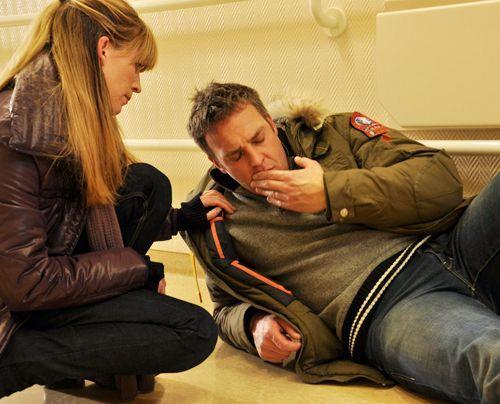 Immer wieder müssen Katja (Sandra Corzilius, l.) und Chris (Christian Storm, r.) erleben, dass der Täter ihnen einen Schritt voraus ist...   - Bildquelle: Neue Moustache GmbH