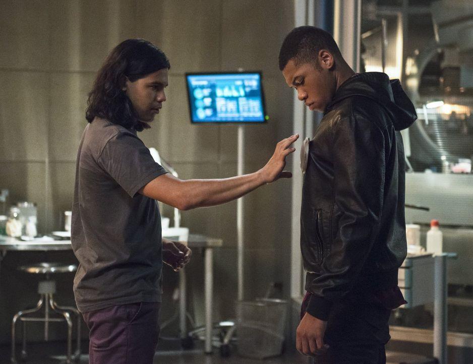 Jefferson 'Jax' Jackson (Franz Drameh, r.) und Cisco (Carlos Valdes, l.) arbeiten zusammen an der Rettung von Dr. Stein, während Iris eine erschreck... - Bildquelle: 2015 Warner Brothers.