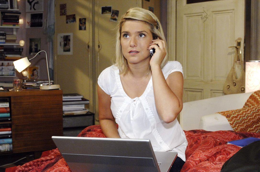 Um die Daten doch noch zu retten, holt sich Anna (Jeanette Biedermann, r.) telefonisch Rat von Lars. - Bildquelle: Oliver Ziebe Sat.1