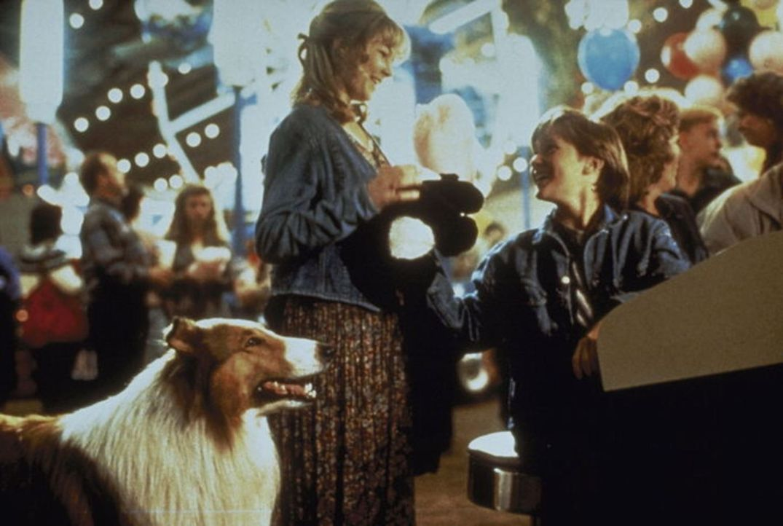 Immer und überall dabei: Laura Turner (Helen Slater, M.) und Matt (Tom Guiry, r.) haben ihr Herz an Lassie verloren. - Bildquelle: Paramount Pictures