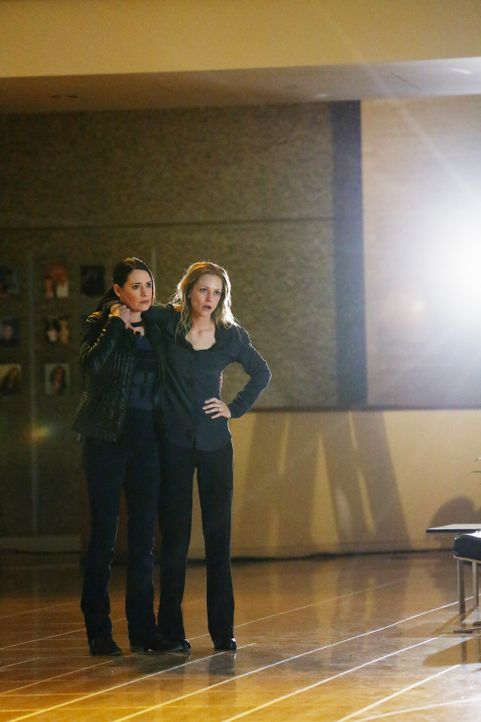 Mit Hilfe von Emily (Paget Brewster, l.) konnte JJ (A. J. Cook, r.) gefunden werden. Doch hat sie einen Schaden von der Entführung genommen? - Bildquelle: ABC Studios