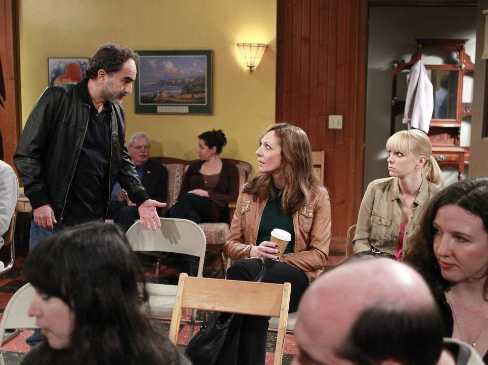 Sind Bonnie (Allison Janney, M.) und Christy (Anna Faris, r.) verrückt geworden, oder begenen sie nach Alvins Tod lauter Doppelgängern wie Lenny (Ma... - Bildquelle: Warner Bros. Television