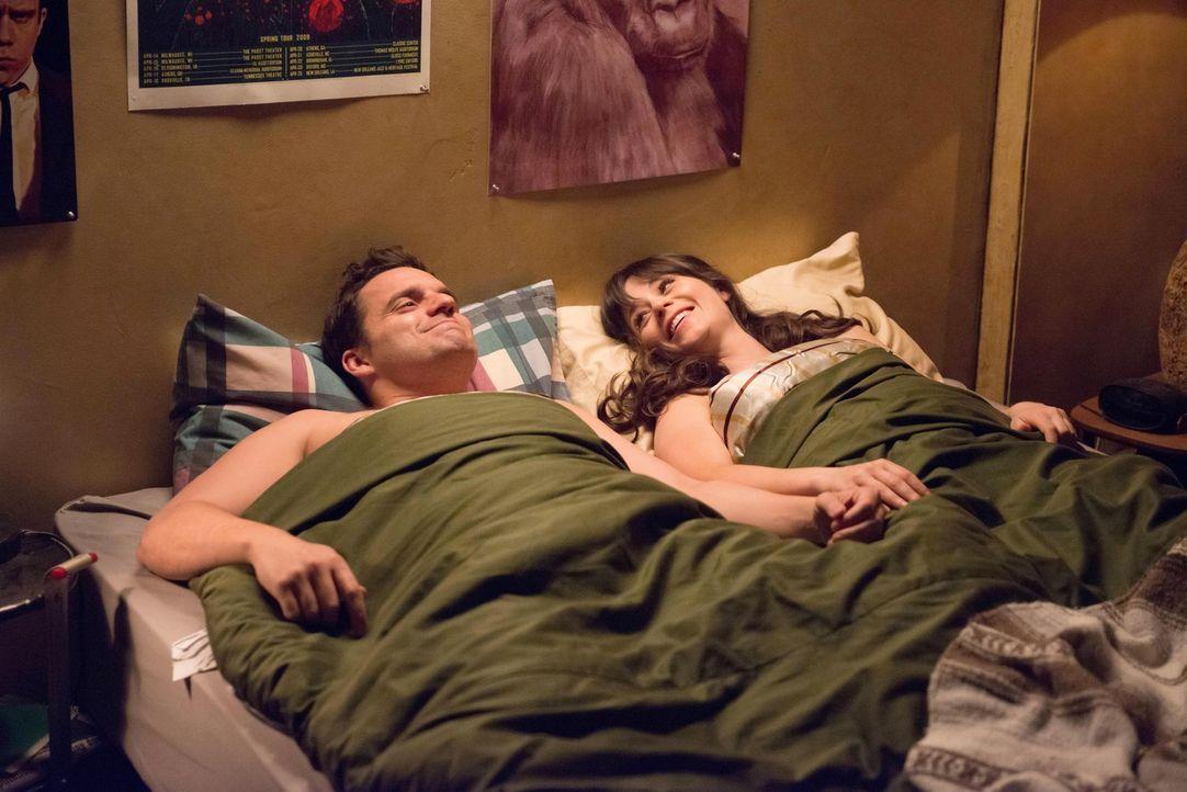 Haben ihr erstes Mal miteinander: Jess (Zooey Deschanel, r.) und Nick (Jake M. Johnson, l.) ... - Bildquelle: 2013 Twentieth Century Fox Film Corporation. All rights reserved