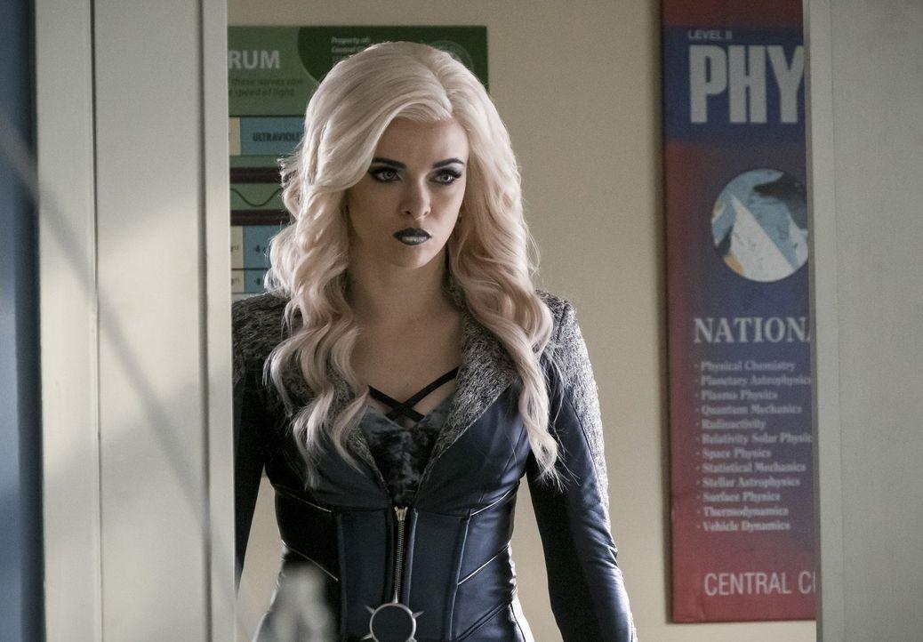 Nachdem Caitlin alias Killer Frost (Danielle Panabaker) sich Savitar angeschlossen hat, stellt sie sich Team Flash immer wieder in den Weg und macht... - Bildquelle: 2016 Warner Bros.