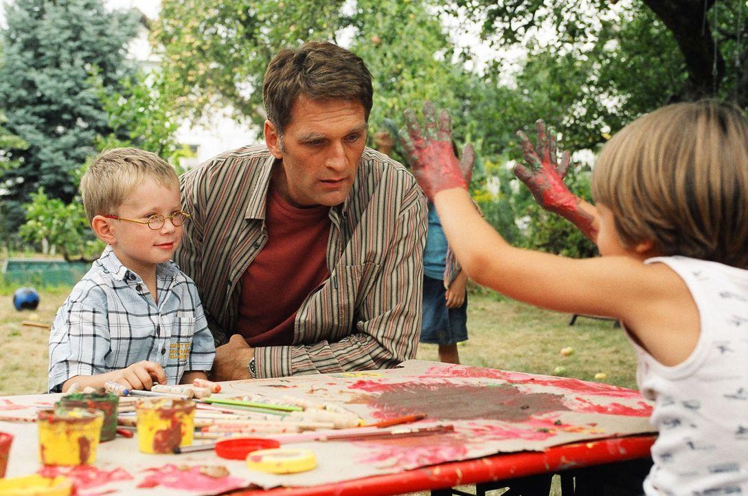 Stefan Herrlich (Walter Sittler) stellt sein Organisationstalent unter Beweis: Er gründet einen Privat-Kindergarten. - Bildquelle: Sat.1