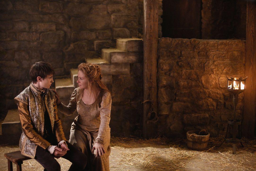 Catherine (Megan Follows, r.) hofft darauf, dass Charles (Spencer Macpherson, l.) sie aus dem Kerker holen wird, sobald er auf dem Thron sitzt, doch... - Bildquelle: Marni Grossman 2015 The CW Network, LLC. All rights reserved.