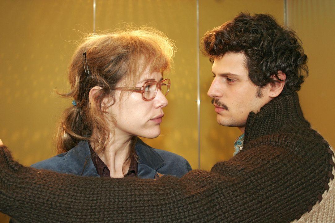 Lisa (Alexandra Neldel, l.) ist gar nicht begeistert, als Rokko (Manuel Cortez, r.) im letzten Augenblick noch zu ihr in den Fahrstuhl springt - und... - Bildquelle: Noreen Flynn Sat.1