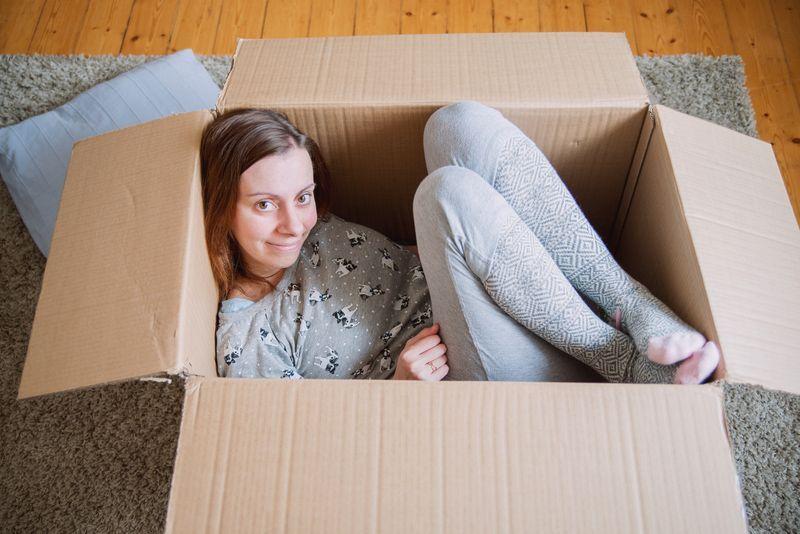 2 Frau sitzt in einem Karton - Bildquelle: xenia_gromak / Photocase.com