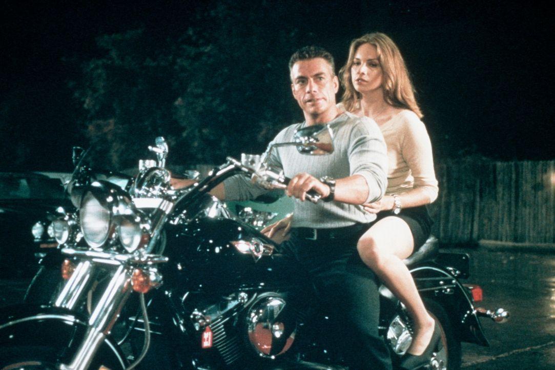 Luc (Jean-Claude Van Damme, l.) und die schöne Erin (Heidi Schanz, r.) finden in dem verrückt gewordenen S.E.T.H. einen starken Gegner ... - Bildquelle: Columbia TriStar Film GmbH
