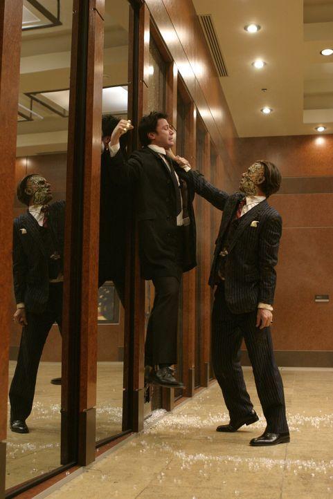 Nach einem Kampf mit dem Halbdämonen Balthasar (Gavin Rossdale, r.) erfährt Constantine (Keanu Reeves, l.), dass Mammon an den Speer des Schicksals... - Bildquelle: Warner Brothers