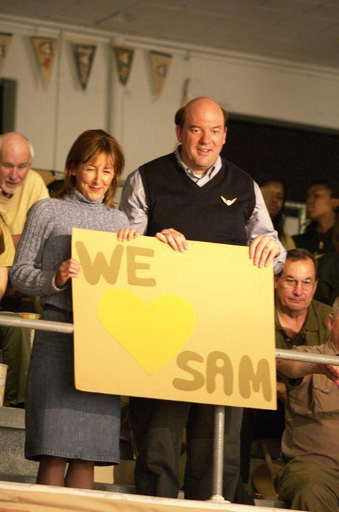 Seine äußerst liebevollen Eltern (John Carroll Lynch, r. und Cynthia Stevenson, l.), machen Sam das Leben an der neuen Schule nicht besonders leic... - Bildquelle: New Line Cinema