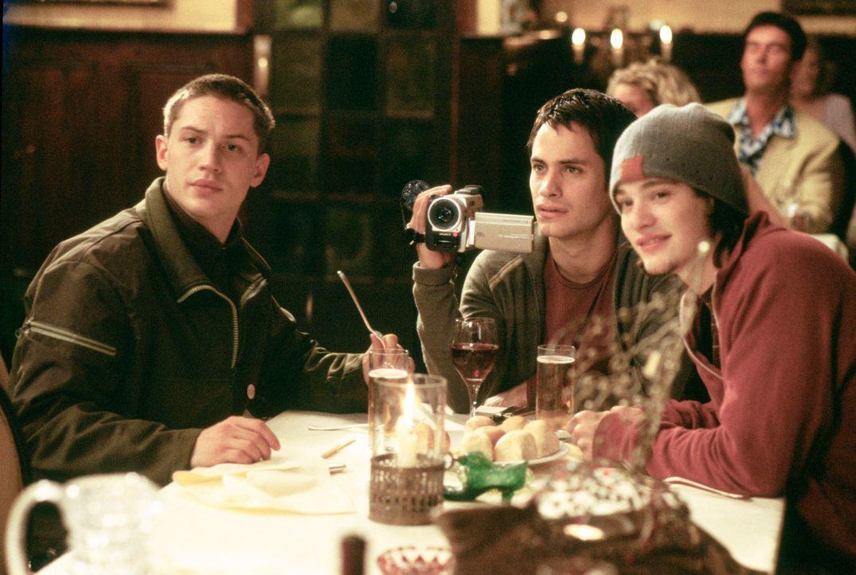Gemeinsam mit seinen Freunden Tom (Tom Hardy, l.) und Theo (Charlie Cox, l.) genießt Kit (Gael García Bernal, M.) einen abendlichen Restaurantbesuch...