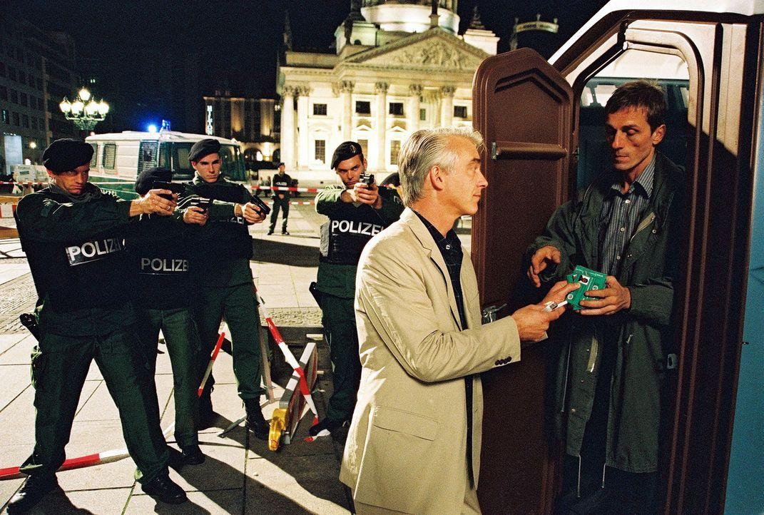 Max Kirchhoff (André Hennicke, r.) sitzt in einem Dixiklo auf dem Gendarmenmarkt und droht, sich in die Luft zu sprengen. Dorthin hat er sich gefl - Bildquelle: Hardy Spitz Sat.1