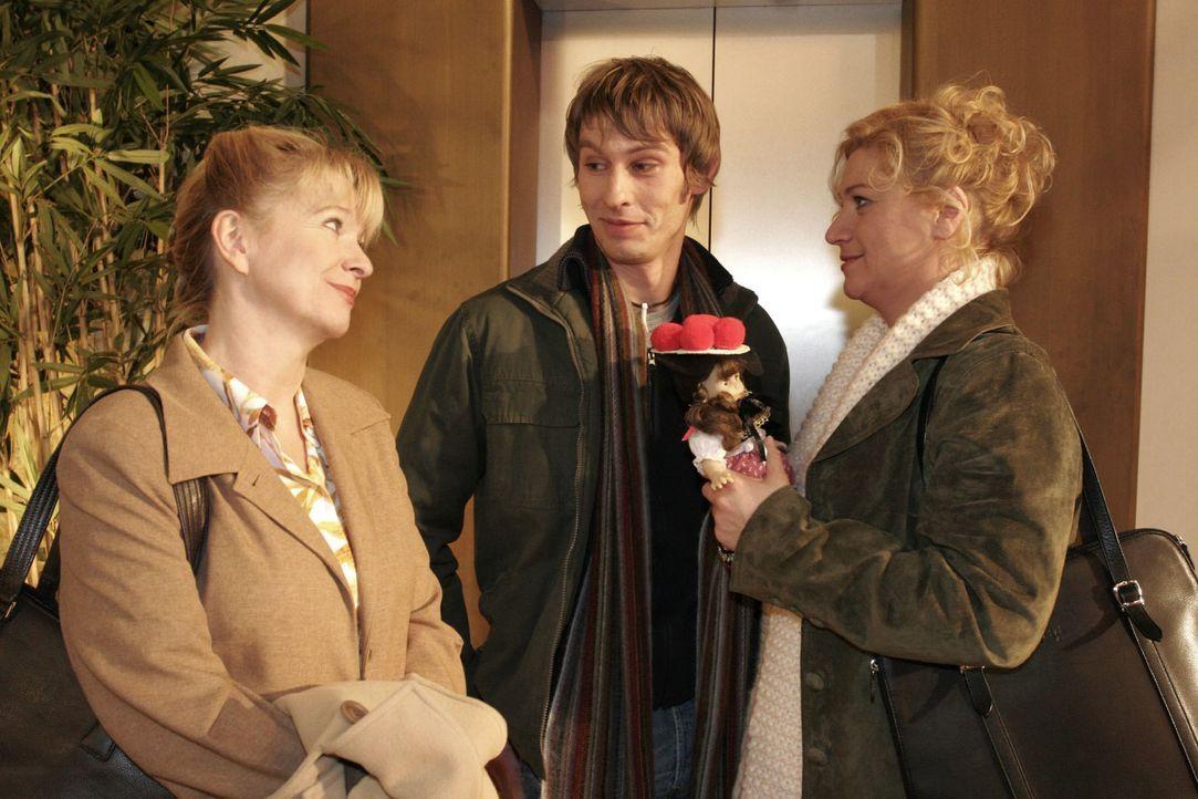 Helga (Ulrike Mai, l.) wird Zeugin der großen Liebe zwischen Agnes (Susanne Szell, r.) und Boris (Matthias Rott, M.). - Bildquelle: Noreen Flynn Sat.1