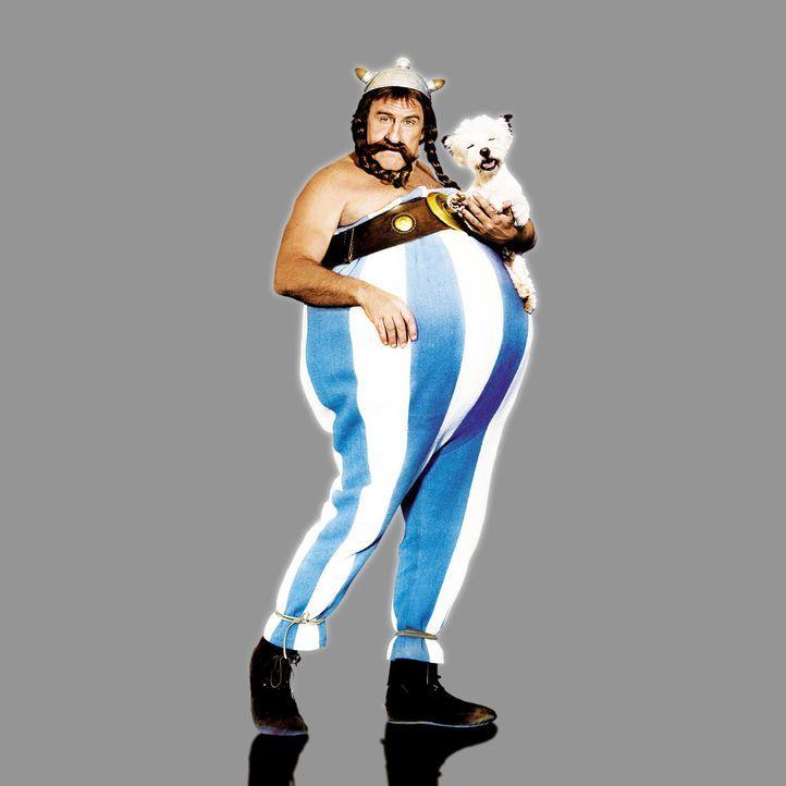 Ist als Kind in den Zaubertrank gefallen und jetzt unbesiegbar: Obelix (Gérard Depardieu) mit dem kleinen Idefix ... - Bildquelle: Constantin Film