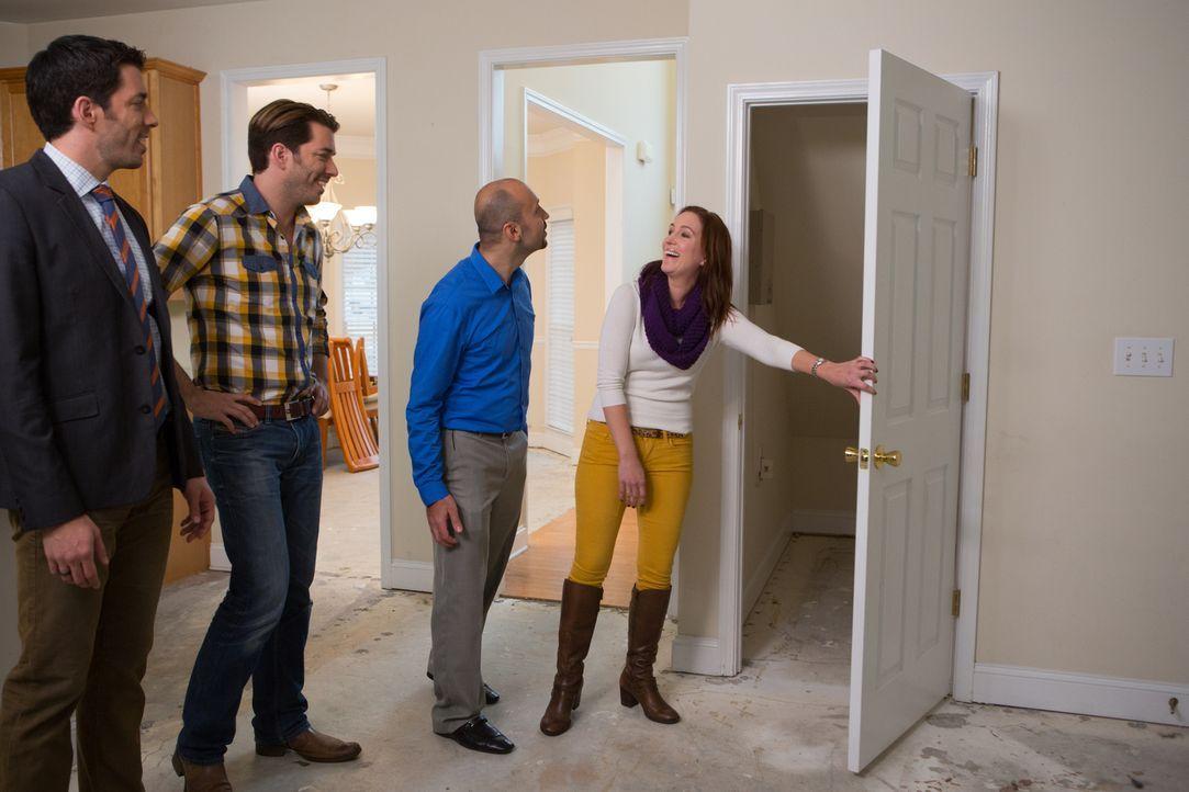 Können Drew (l.) und Jonathan (2.v.l.) die richtige Immobilie für Luca (2.v.r.) und seine Freundin Anne (r.) finden, in der sie ihre Beziehung endli... - Bildquelle: Jessica McGowan 2013, HGTV/Scripps Networks, LLC. All Rights Reserved