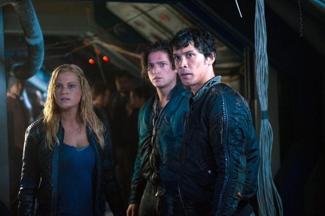 Finn (Thomas McDonell, M.) trifft eine Entscheidung für sein Volk, die Clarke (Eliza Taylor, l.) und Bellamy (Bob Morley, r.) nicht hinnehmen wollen... - Bildquelle: 2014 Warner Brothers