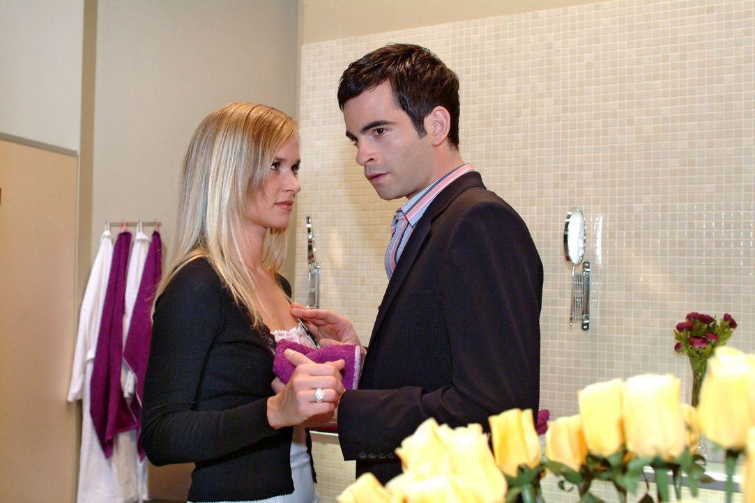 Ausgerechnet wegen Lisas Intervention ist David (Mathis Künzler, r.) die Lust an einem Schäferstündchen mit Verena (Annett Fleischer, l.) vergangen.... - Bildquelle: Monika Schürle Sat.1