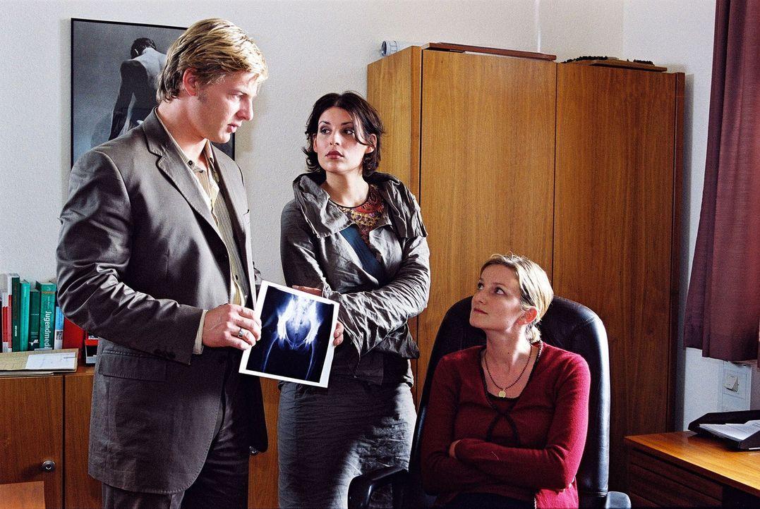 Nina (Elena Uhlig, M.) und Leo (Henning Baum, l.) befragen Johanna (Elisabeth von Koch, r.), die Schwägerin der Toten. - Bildquelle: Christian A. Rieger Sat.1