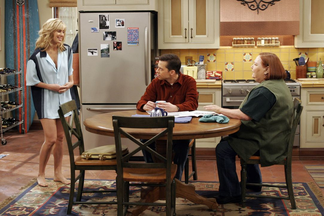 Nachdem sich Charlie in heiklen Stellung einen Wirbel verklemmt hat, ist es Debbie (Kristen Miller, l.) etwas unangenehm, Alan (Jon Cryer, M.) und B... - Bildquelle: Warner Brothers Entertainment Inc.