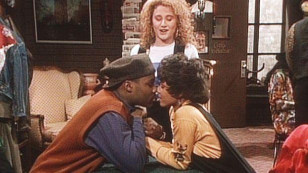 Theo (Malcolm-Jamal Warner, l.) und Justine (Michelle Thomas, r.) überlegen,...