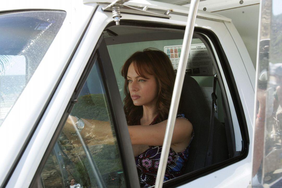 Julie (Melinda Clarke) muss die von Charlotte angeblich gekaufte Eigentumswohnung verlassen und zieht in eine Wohnwagensiedlung ... - Bildquelle: Warner Bros. Television