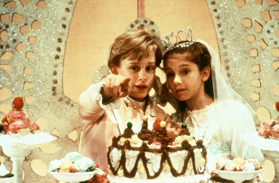 Der Nussknacker (Macaulay Culkin, l.) verzaubert  Marie Stahlbaum (Jessica Lynn Cohen, r.) indem er ihr das Reich der Süßigkeiten zeigt ...