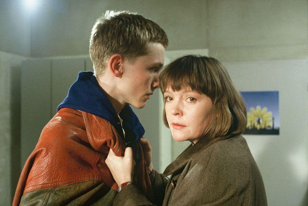 Anita Schmidt (Katrin Saß, r.) versucht Stefan Graf (Robert Beyer, l.) zu schützen, der verdächtigt wird, seinen kleinen Bruder entführt zu haben. - Bildquelle: Alfred Raschke Sat.1