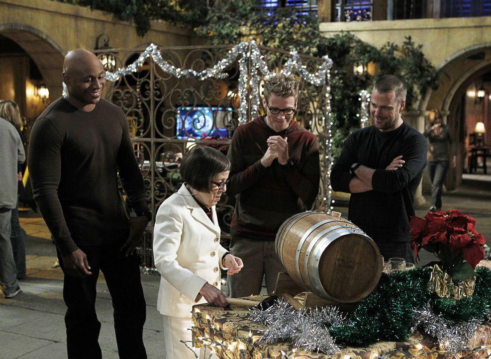Obwohl Weihnachten vor der Tür steht, muss das Team einen neuen Fall aufdecken: Sam (LL Cool J, l.), Hetty (Linda Hunt, 2.v.l.), Eric (Barrett Foa,... - Bildquelle: CBS Studios Inc. All Rights Reserved.