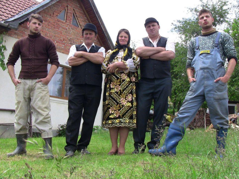 Die rumänische Bauernfamilie Codreanu führt ein hartes Leben. Mühsam ringen Vater Ion (2.v.l.), Mutter Vica (M.) und Sohn Ovidiu (2.v.r.) ihrem B... - Bildquelle: SAT.1