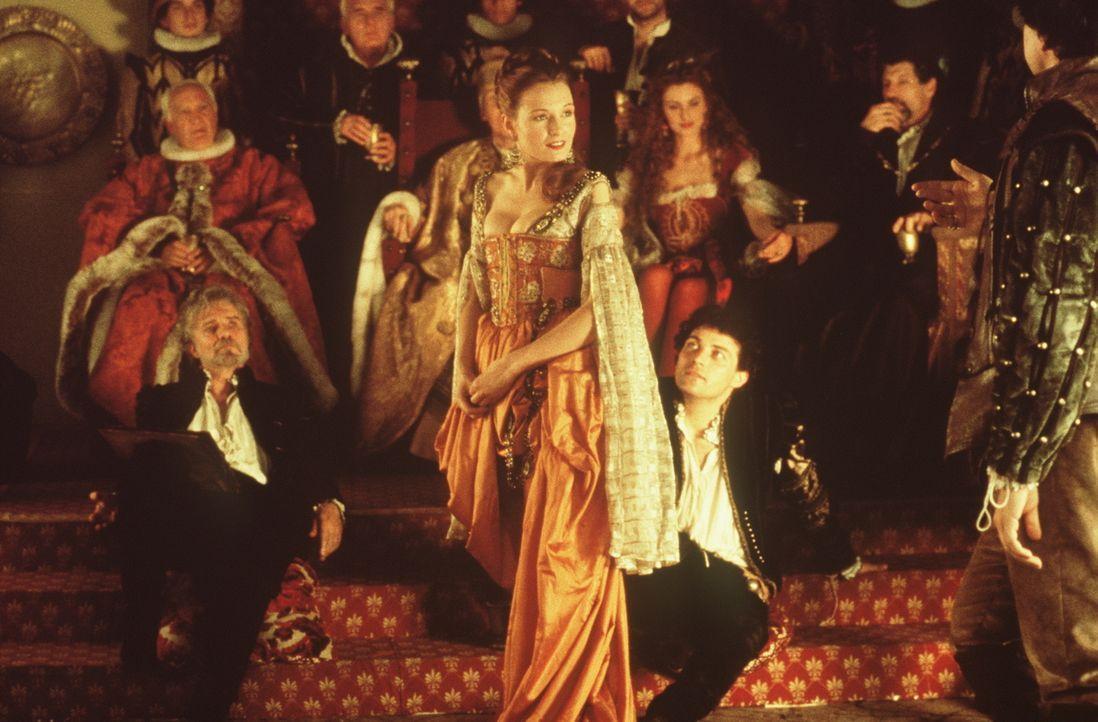 Die Edel-Kurtisane Veronica Franco (Catherine McCormack, M.) verzaubert die Männer, insbesondere Marco Venier (Rufus Sewell, M. r.), nicht nur mit i... - Bildquelle: Warner Bros.
