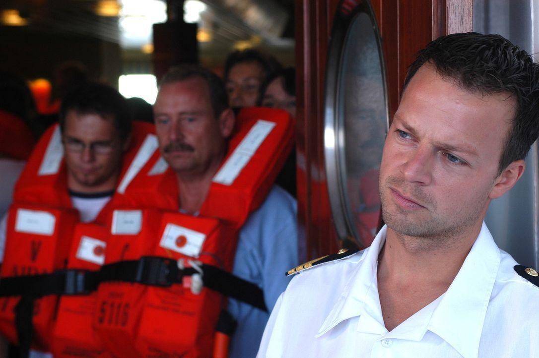Kaum auf dem extravaganten Schiff angekommen, stößt Schiffsarzt Markus (Michael Härle) auf Katrin, mit der ihn ein ziemlich peinliches Intermezzo ve... - Bildquelle: Gordon Mühle ProSieben