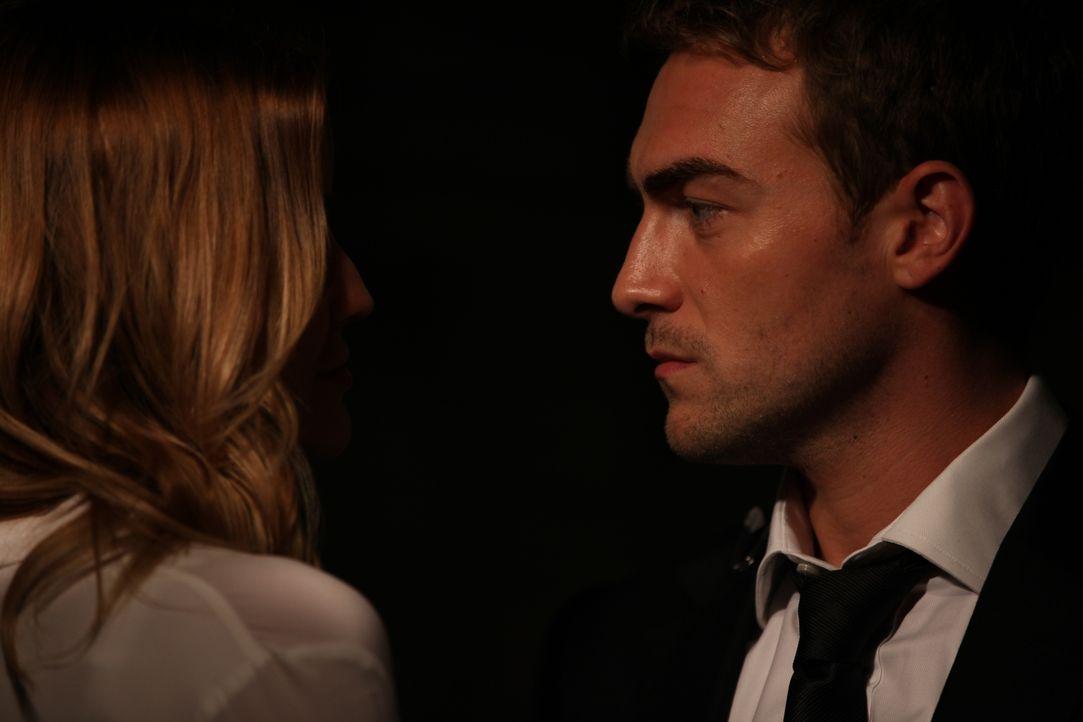 Welchen Plan verfolgen Mandy (Sarah Dumont, l.) und Jasper (Tom Austen, r.)? - Bildquelle: 2015 E! Entertainment Media LLC/Lions Gate Television Inc.