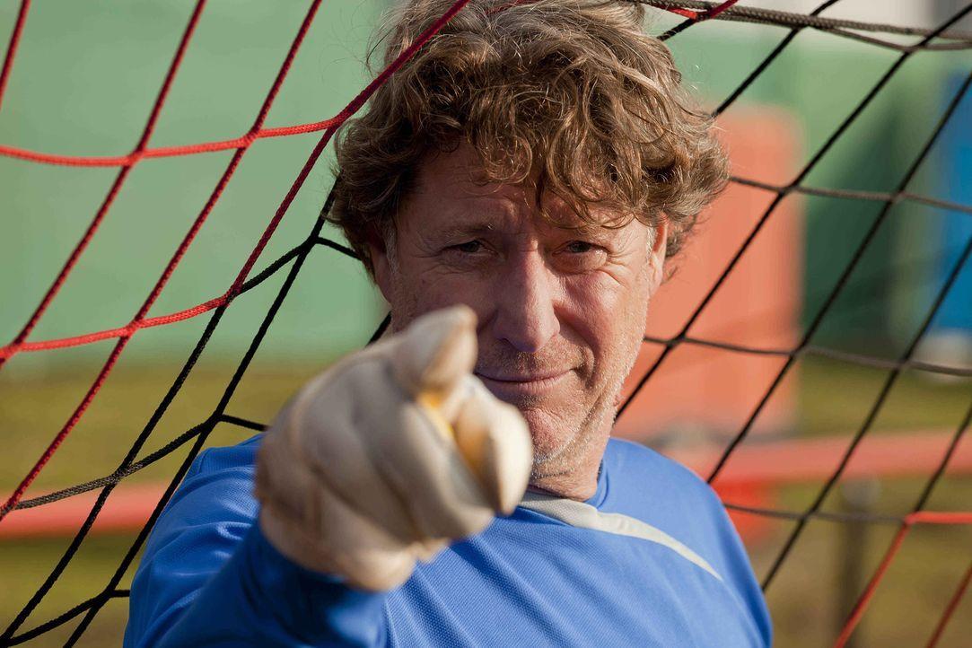 Steht der Obdachenlosen-Fußballmannschaft bei: Toni Schumacher (Toni Schumacher) ... - Bildquelle: Frank Dicks SAT.1