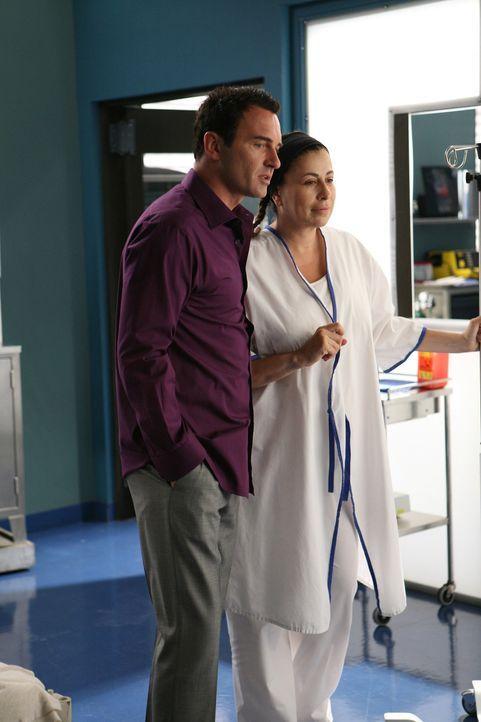 Christian (Julian McMahon, l.) ist froh, dass Liz (Roma Maffia, r.) nach allem, was ihr passiert ist, wieder wohl auf ist ... - Bildquelle: TM and   2004 Warner Bros. Entertainment Inc. All Rights Reserved.