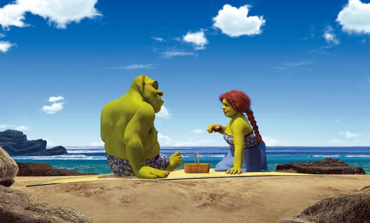 Als Shrek, l. und Prinzession Fiona, r. von ihrer Hochzeitsreise zurückkehren, werden sie von Fionas Eltern, dem König und der Königin des König... - Bildquelle: DreamWorks SKG