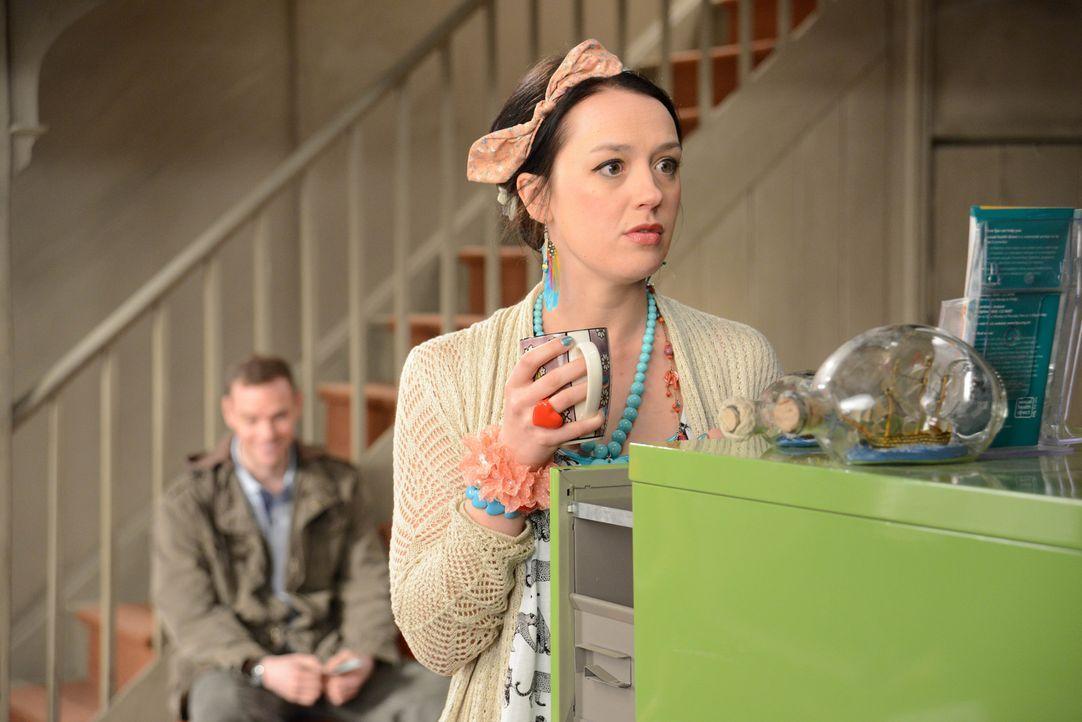 Nach dem Tod ihres Vaters sucht Morwenna (Jessica Ransom) nach jemandem, der mit ihr im geerbten Haus wohnt, um so die Wohnkosten zu teilen ... - Bildquelle: BUFFALO PICTURES/ITV