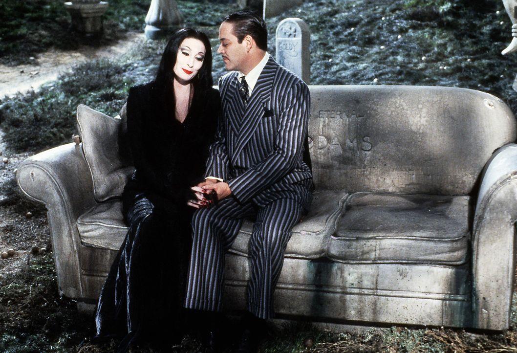 Mutter Morticia (Anjelica Huston, l.) und Vater Gomez (Raul Julia, r.) pflegen eine innige Liebesbeziehung. Auf dem Friedhof besprechen sie die derz... - Bildquelle: Paramount Pictures Global